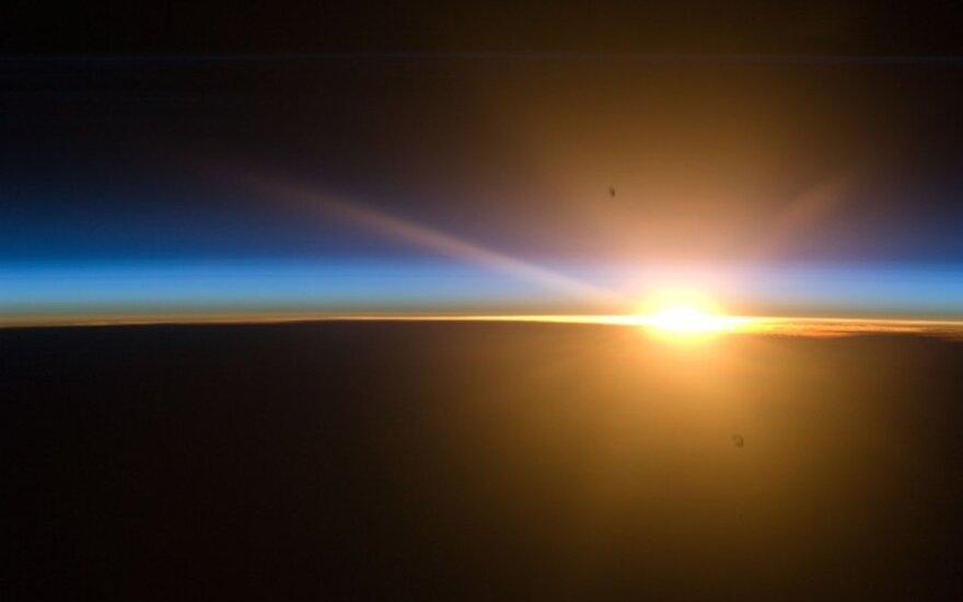 Saulė kylanti iš už Žemės