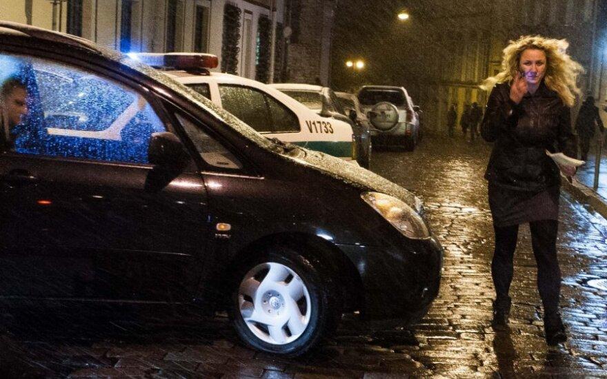 Из-за пьяной женщины за рулем ночью образовался затор в Старом городе
