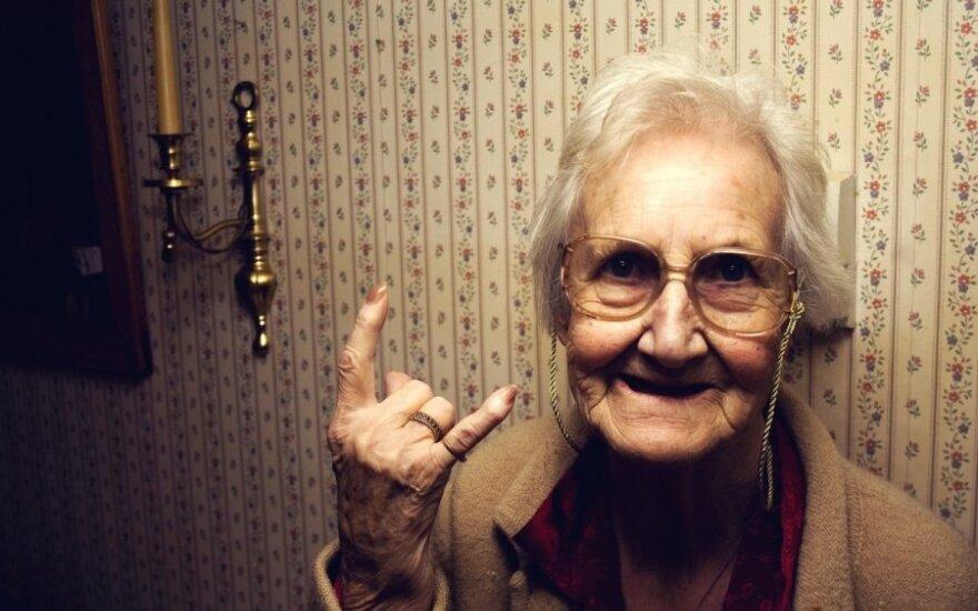 močiutė, senolė
