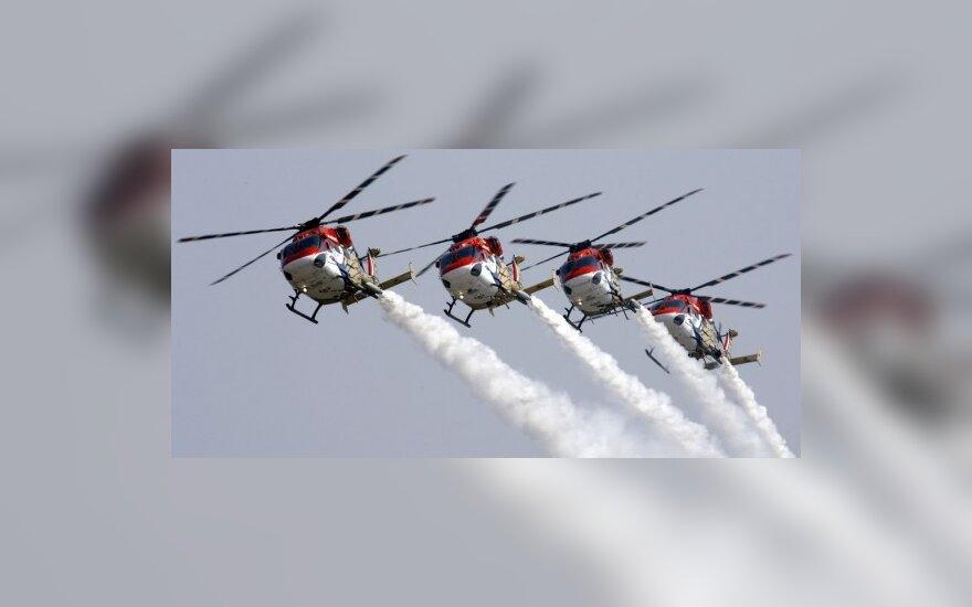 Indijos karinių oro pajėgų sraigtasparniai demonstruoja oro akrobatiką.