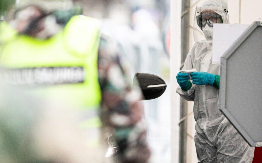 В Литву доставлено почти 11 тонн защитных костюмов