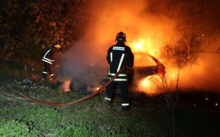 Около Гарюнай подожгли и столкнули с дороги автомобиль