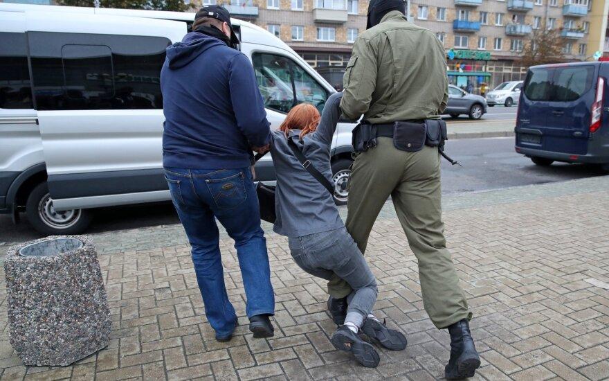 Minske sulaikomi Kalesnikavą palaikantys protestuotojai