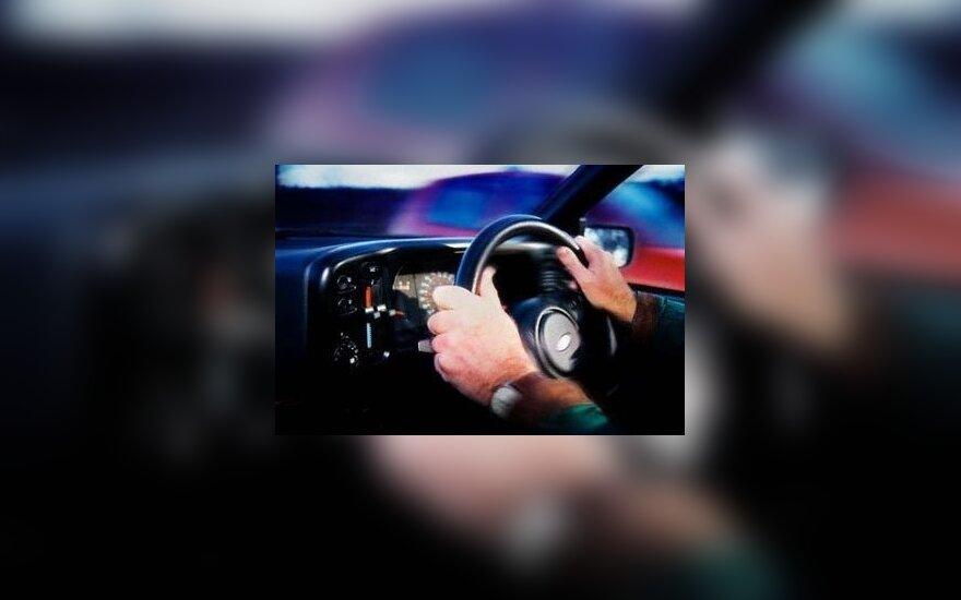 Учившаяся водить девушка сбила свою мать