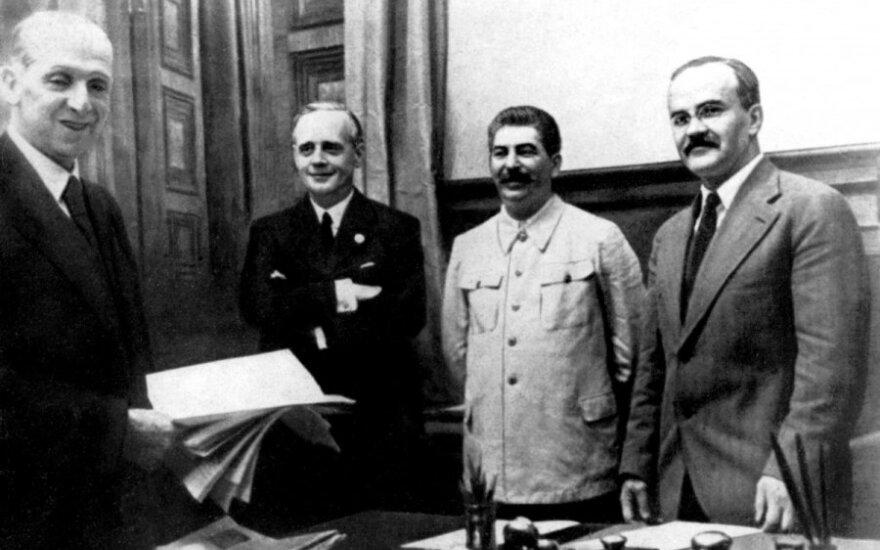 Joachimas von Ribbentropas (antras iš kairės), Josifas Stalinas (trečias iš kairės), Viačeslavas Molotovas (ketvirtas iš kairės) 1939 m. rugsėjį