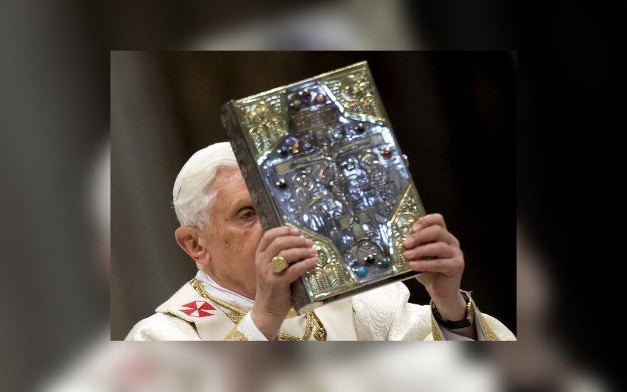 Popiežius Benediktas XVI per mišias Vatikane laiko maldaknygę