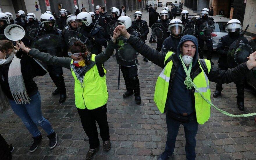 """Briuselyje vyko policijos ir """"geltonųjų liemenių"""" protestuotojų susirėmimai"""
