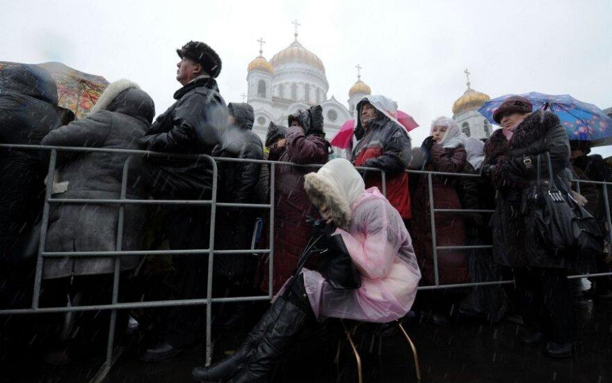 Церковь не осуждает чиновников, без очереди попадающих к поясу Богородицы