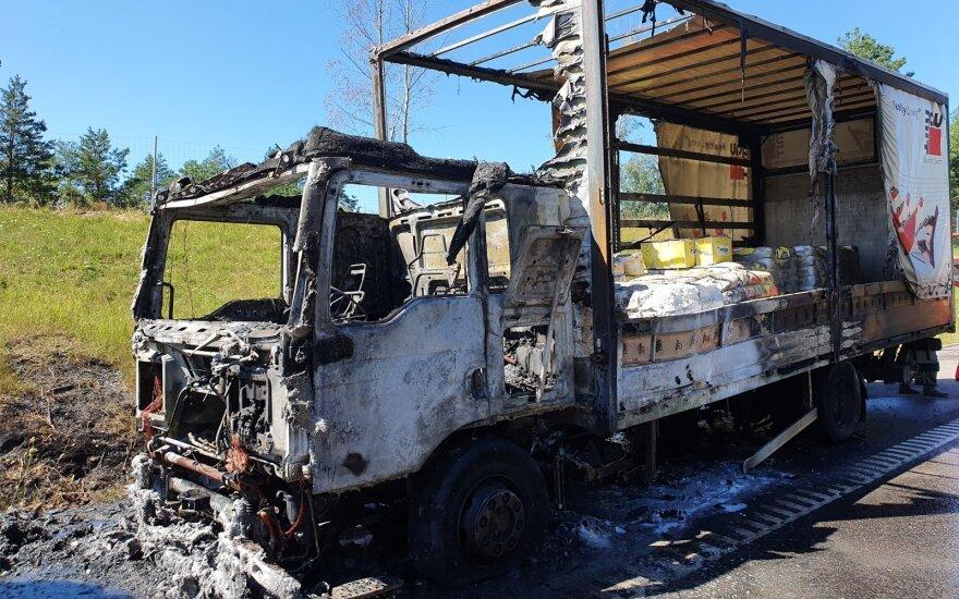 На автостраде около озера Диджюлис сгорел грузовик