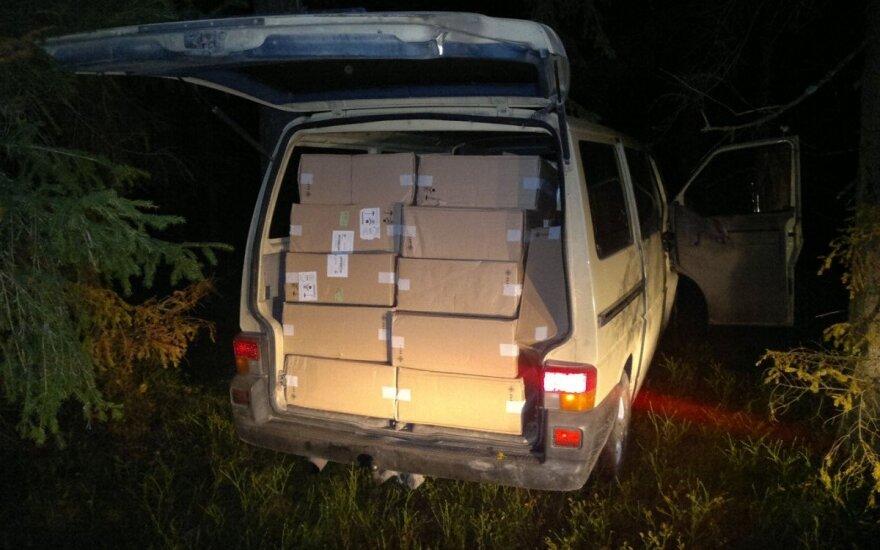 Грибники в Рокантишкском лесу нашли микроавтобус с контрабандными сигаретами