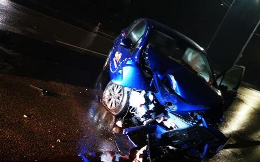 Ночью с места ДТП в Каунасе сбежал водитель, разбивший автомобиль CityBee