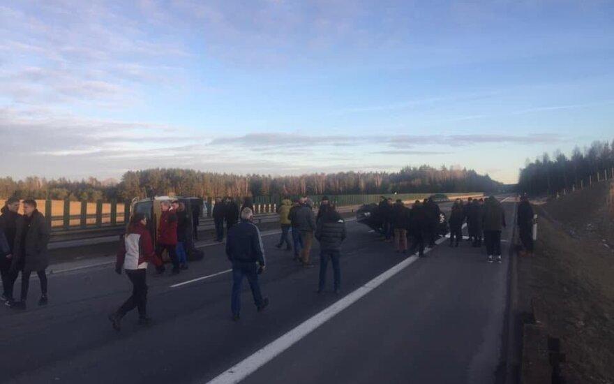 В результате ДТП на магистрали перевернулись два автомобиля