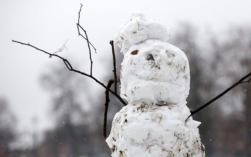 В Якутии в середине июля начали лепить снеговиков