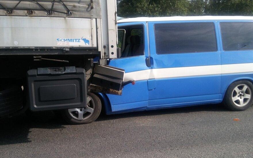 На дороге Каунас-Клайпеда – два ДТП, движение полностью парализовано