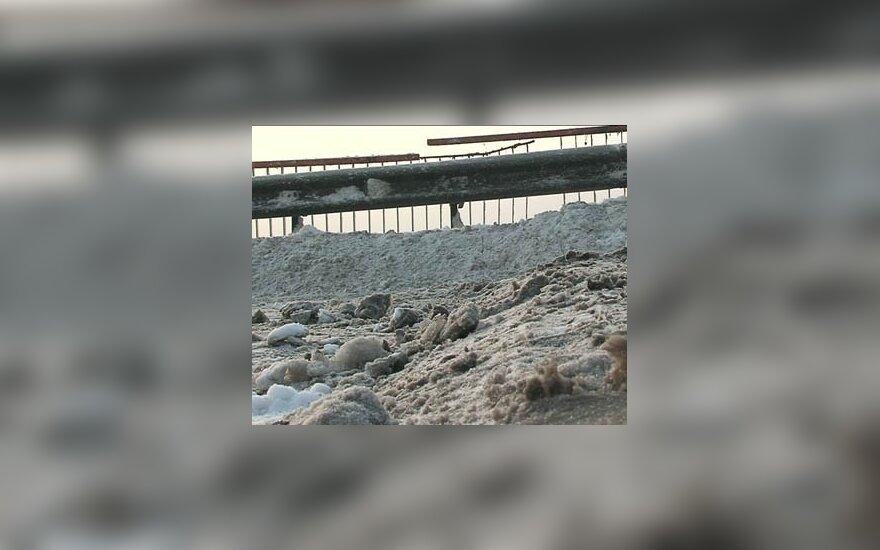 Машина с женщиной и детьми упала с моста