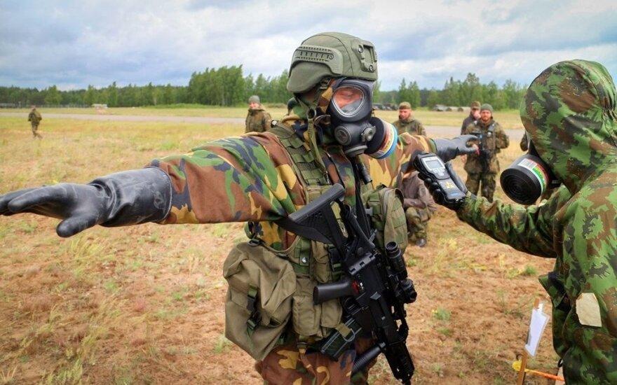 Kariai treniruojasi apsisaugoti nuo atominės, biologinės ar cheminės atakos (Gintauto Maurico nuotr.)