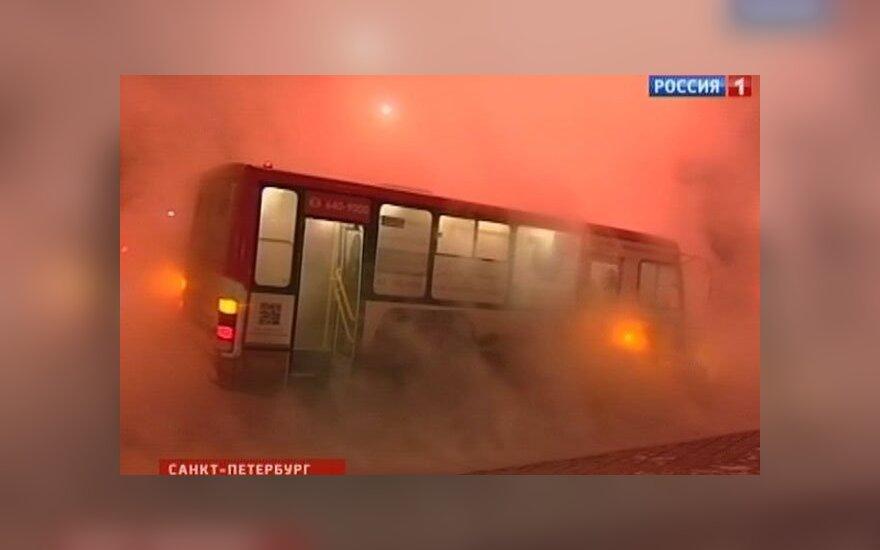 Петербург: автобус с 15 пассажирами угодил в яму с кипятком