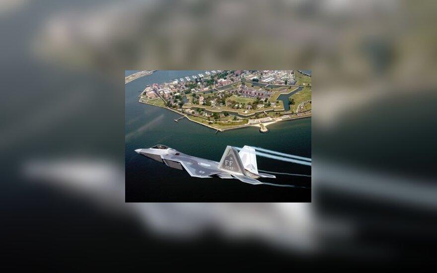 USA: myśliwiec spadł na dom