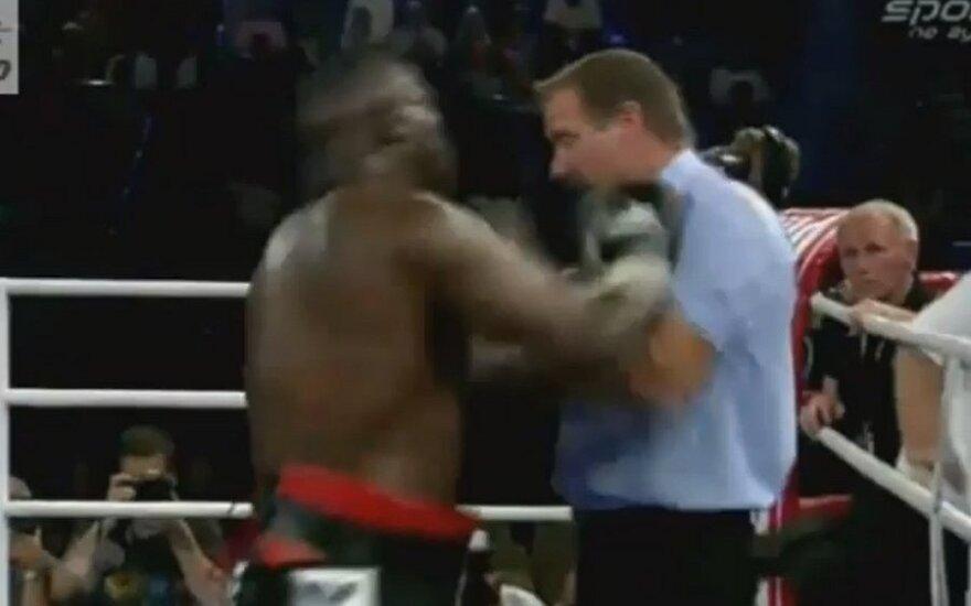 Британский боксер-супертяжеловес избил на ринге судью