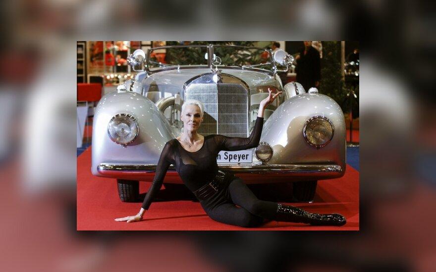 Актриса Бриджитт Нильсен у Mercedes 500K