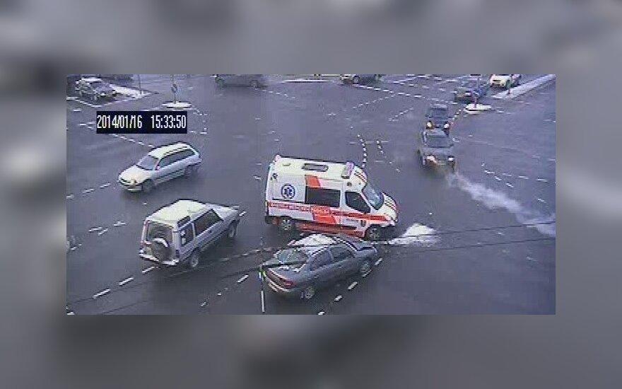 На оживленном перекрестке в Вильнюсе в ДТП попала скорая помощь