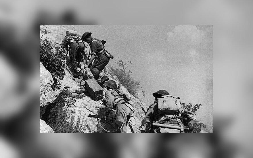 """""""Monte Cassino transport"""" autorstwa nieznany - Melchior Wańkowicz: Bitwa o Monte Cassino(1945-1947), Rome-Milan. Licencja Domena publiczna na podstawie Wikimedia Commons - http://commons.wikimedia.org/wiki/File:Monte_Cassino_transport.jpg#/media/File:Mont"""