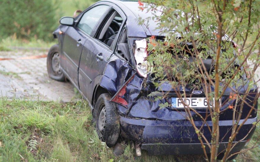 В Вильнюсском районе перевернулся автомобиль с четырьмя детьми
