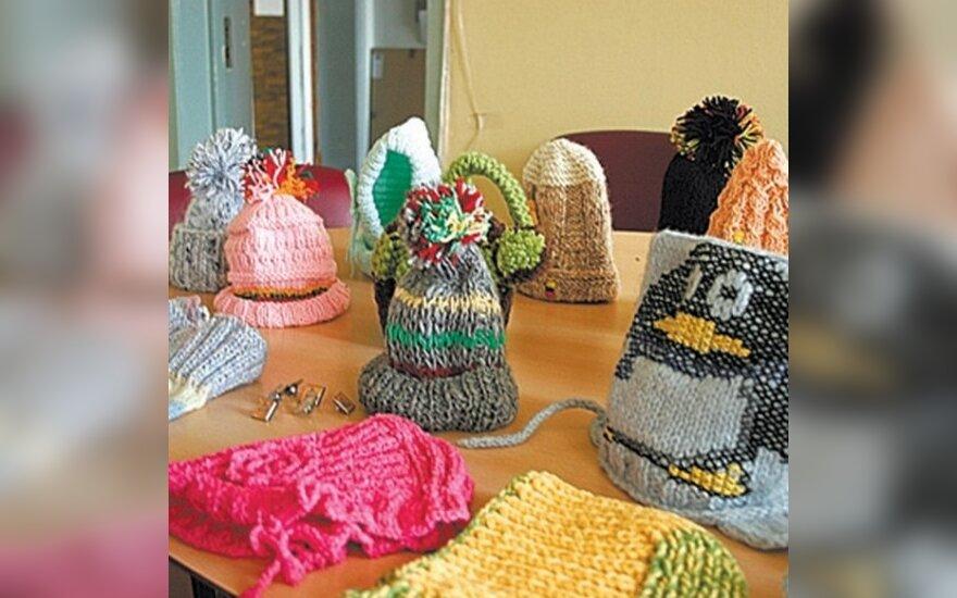 Литовцы прилежно вяжут шапки афганским детям