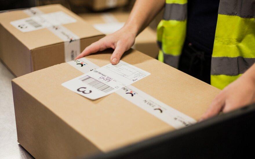 Per valandą sandėlio darbuotojas supakuoja apie 250 dovanų