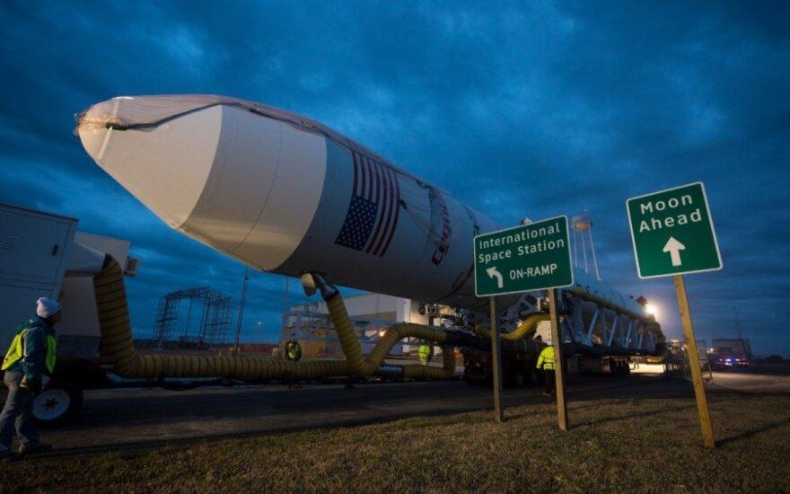 """Raketa """"Antares"""" pakeliui į pakilimo aikštelę"""