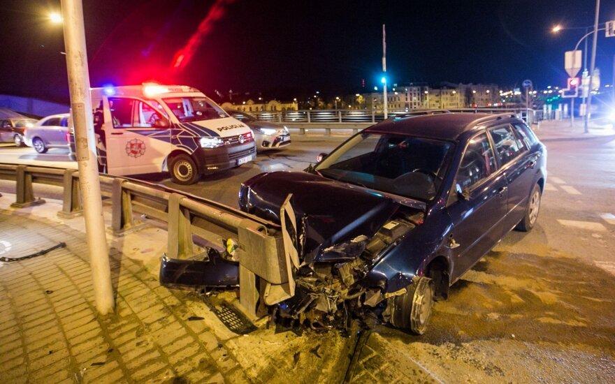 Пьяный водитель в центре Вильнюса сносил все у себя на пути и едва не съехал в реку