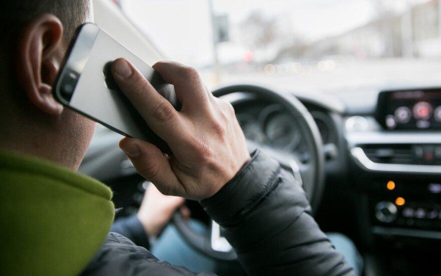 За пользование телефонами за рулем за 5 дней наказаны 513 водителей