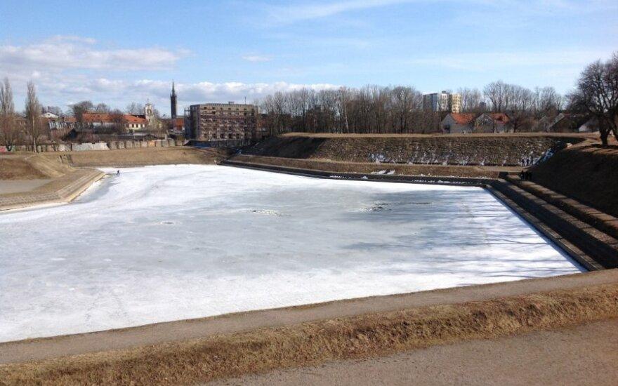 В Клайпеде трое детей упали в пруд