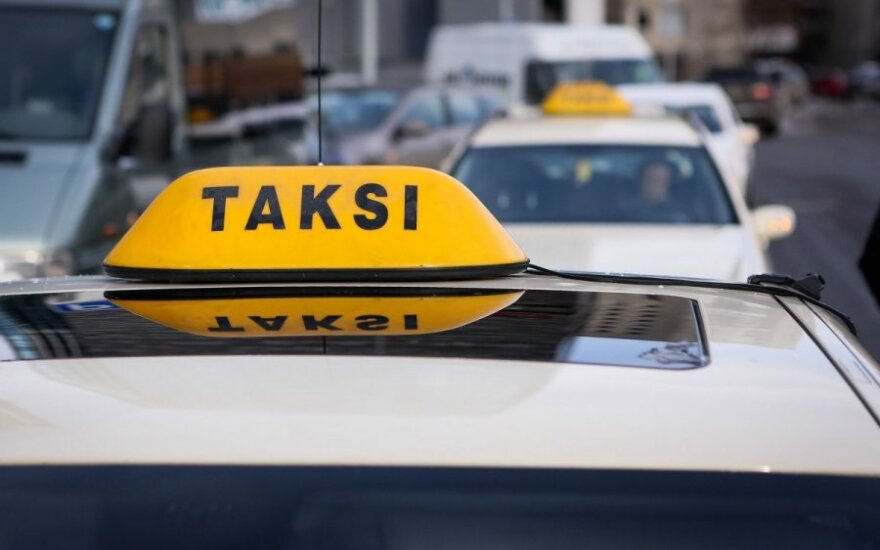 Вильнюс: таксистов попросили работать без георгиевских лент на машинах