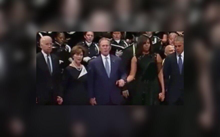 Джордж Буш смутил Мишель Обаму на панихиде по погибшим в Далласе
