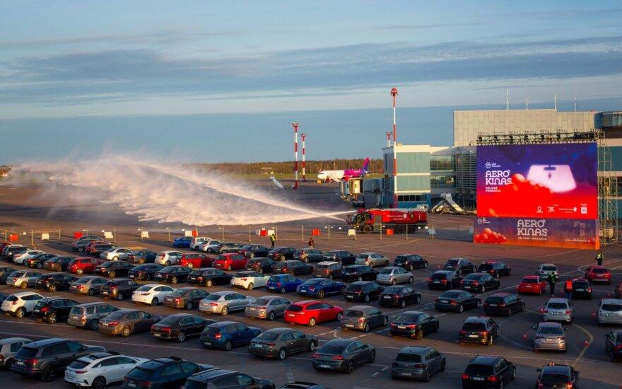 После отмены полетов Вильнюсский аэропорт стал автокинотеатром