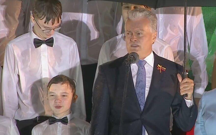 """Президент Литвы прокомментировал инцидент с промокшими мальчиками хора """"Ажуолюкас"""""""