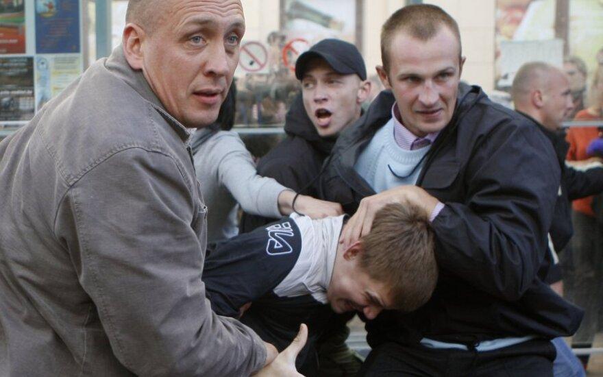 Neuniformuoti Baltarusijos milicininkai susidorojo su protestuotojais