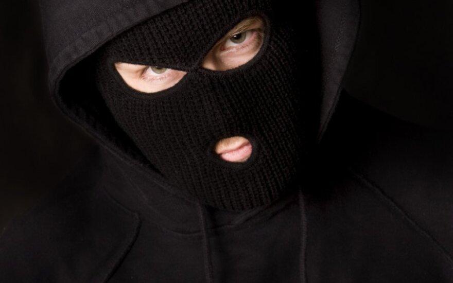 Мужчины в масках напали на водителя и возили его в багажнике