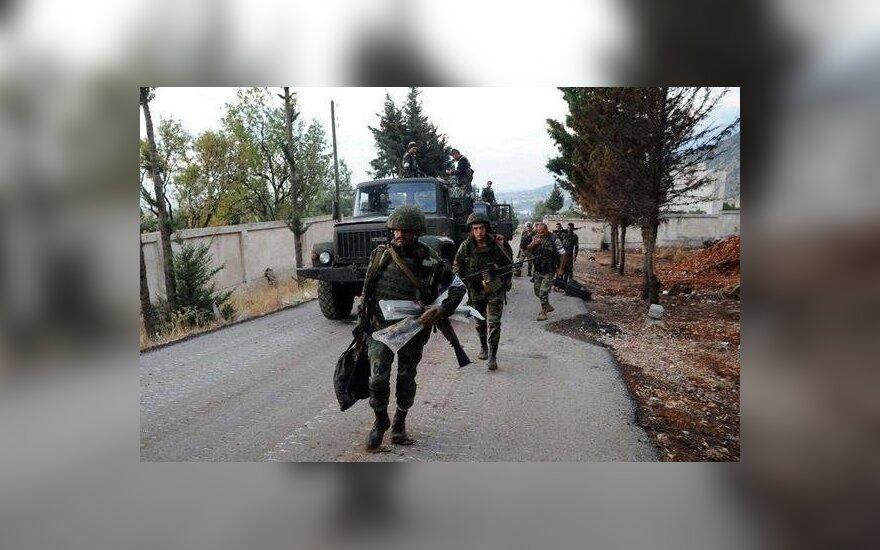 """Sirų kariai su rusų karių """"žaliųjų žmogeliukų"""" uniformomis"""