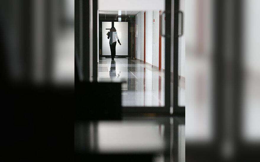 Moteris eina koridoriumi