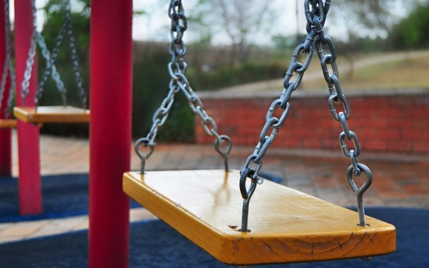 В Вильнюсе на детской площадке мужчина напал на 12-летнюю девочку