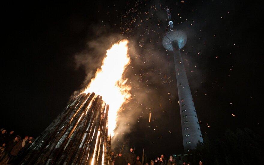 В память о защитниках свободы в Вильнюсе зажгли памятные костры