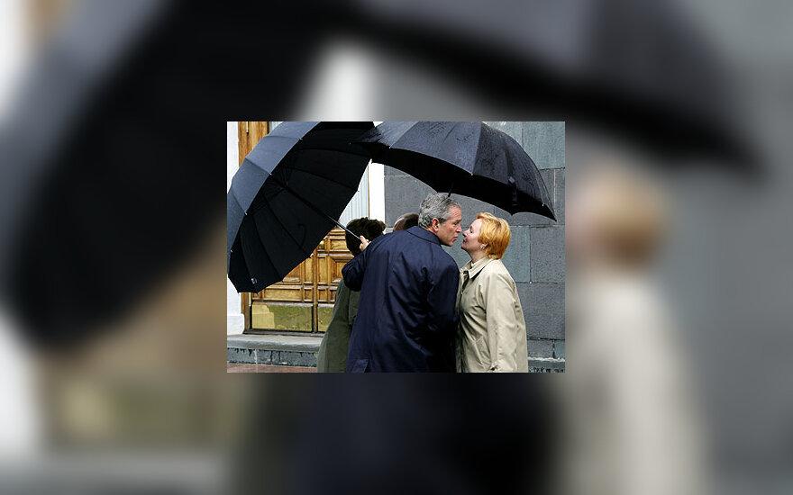 JAV prezidentas G.W. Bushas bučiuojasi su pirmąja Rusijos ponia Liudmila Putina.