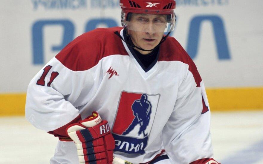 В день инаугурации вечером Путин поиграл в хоккей и забил шайбу