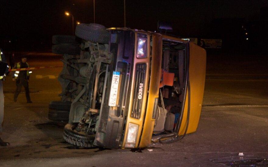 В Паневежисе после столкновения перевернулся микроавтобус, пострадали 8 человек