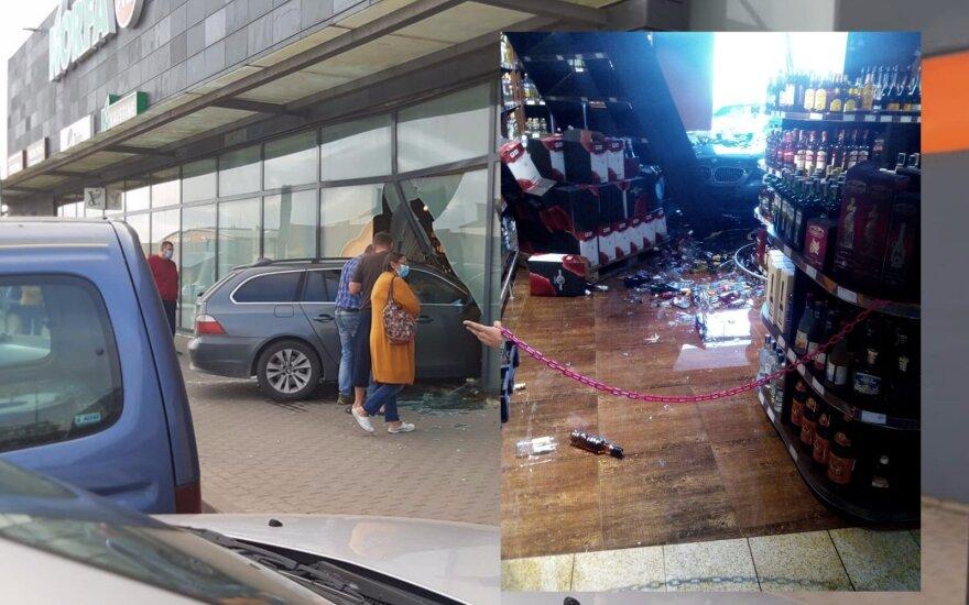 В Пасвалисе BMW въехал в витрину торгового центра