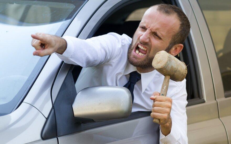 Привычки литовских водителей удивляют: двое из трех водителей выражают свое возмущение сигналом