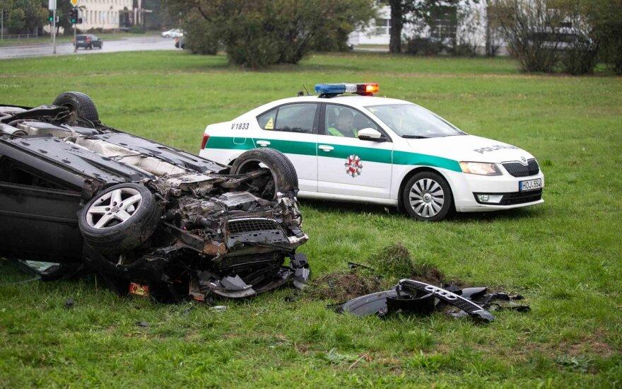 В Вильнюсе с объездной дороги в поле съехал автомобиль