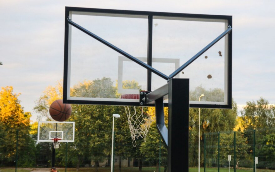 В Каунасском районе на баскетбольной площадке стреляли в подростка